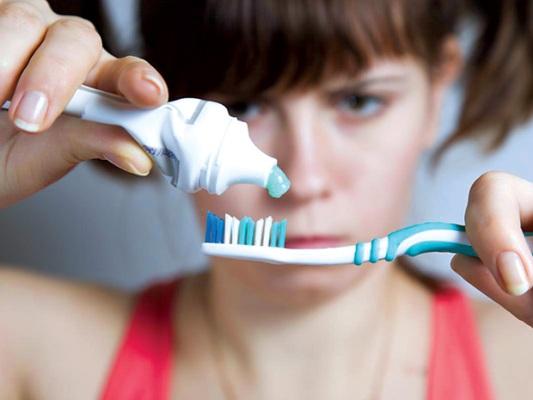 Sử dụng kem đánh răng lột mụn đầu đen hiệu quả