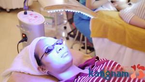 Chiếu ánh sáng Led trị mụn - 1 bước trong phương pháp trị mụn này