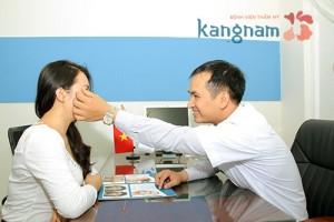 Bác sĩ tư vấn cho khách hàng trị mụn