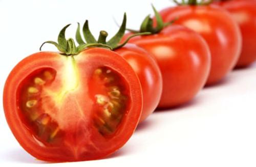 4 meo ca chua tri mun co the ban chua biet 2 Chia sẻ bí quyết trị mụn bọc hiệu quả với cơm nóng và cà chua