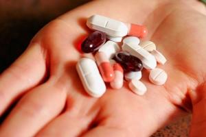 Uống thuốc kháng sinh trị mụn lâu dài có ảnh hưởng gì không?