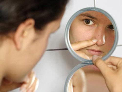Mụn hình thành do sự lắng đọng của các chất cặn bã trên tế bào da