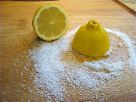 Chanh kết hợp với muối trắng để lột mụn đầu đen hiệu quả
